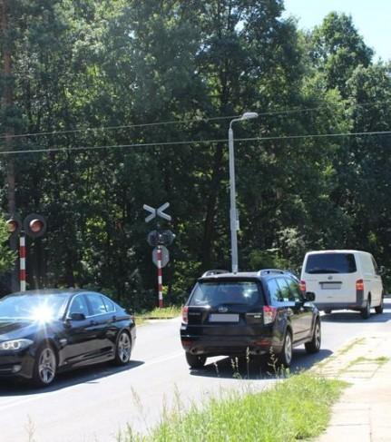 Samochody przejeżdżające przez przejazd kolejowy na ul. Chełmskiej - fot. Starostwo Powiatowe