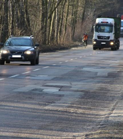 Zdjęcie jadących samochodów ulicą Konstantynowską - fot. Starostwo Powiatowe w Zgierzu
