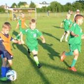 Zdjęcie grających w piłkę nożną chłopców - fot. Facebook/ZKSWlokniarzZgierz
