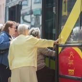 Osoby wsiadające do autobusu komunikacji miejskiej