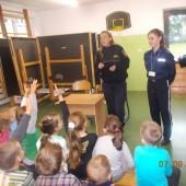 Strażniczka miejska i policjantka prowadzą zajęcia z dziećmi