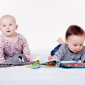 bawiące się niemowlaki - fot. pixabay.com (domena publiczna)