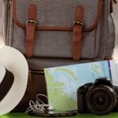 kapelusz, torba podróżna, mapa, aparat fotograficzny, telefon komórkowy