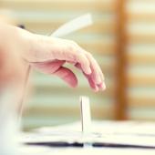 Wrzucanie głosu do urny - fot. Ministerstwo Cyfryzacji