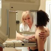 Kobieta podczas badania mammograficznego piersi