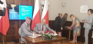 Podpisanie umowy - od lewej: Przemysław Staniszewski oraz Zbigniew Rau