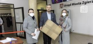 Prezydent Miasta Zgierza i kobiety w maseczkach ochronnych na twarzy
