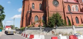 Prace przy renowacji zabytkowego muru wokół kościoła św. Katarzyny