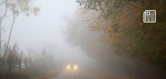 samochód we mgle - fot. pixabay.com (domena publiczna)