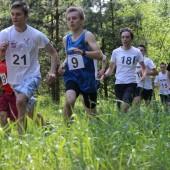 Biegnąca po lesie młodzież