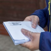 Pracownicy MUK rozdają maseczki pasażerom komunikacji miejskiej