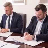 Prezydent Miasta Zgierza Przemysław Staniszewski oraz prezes Nextbike Polska Tomasz Wojtkiewicz podpisują porozumienie
