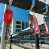 klucze do mieszkań wiszące na barierce