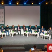 uczestnicy debaty siedzą na scenie w Starym Młynie