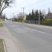 Fragment ul. Piłsudskiego w Zgierzu. Z lewej strony widoczny jest wjazd na plac Stu Straconych. - fot. Starostwo Powiatowe w Zgierzu